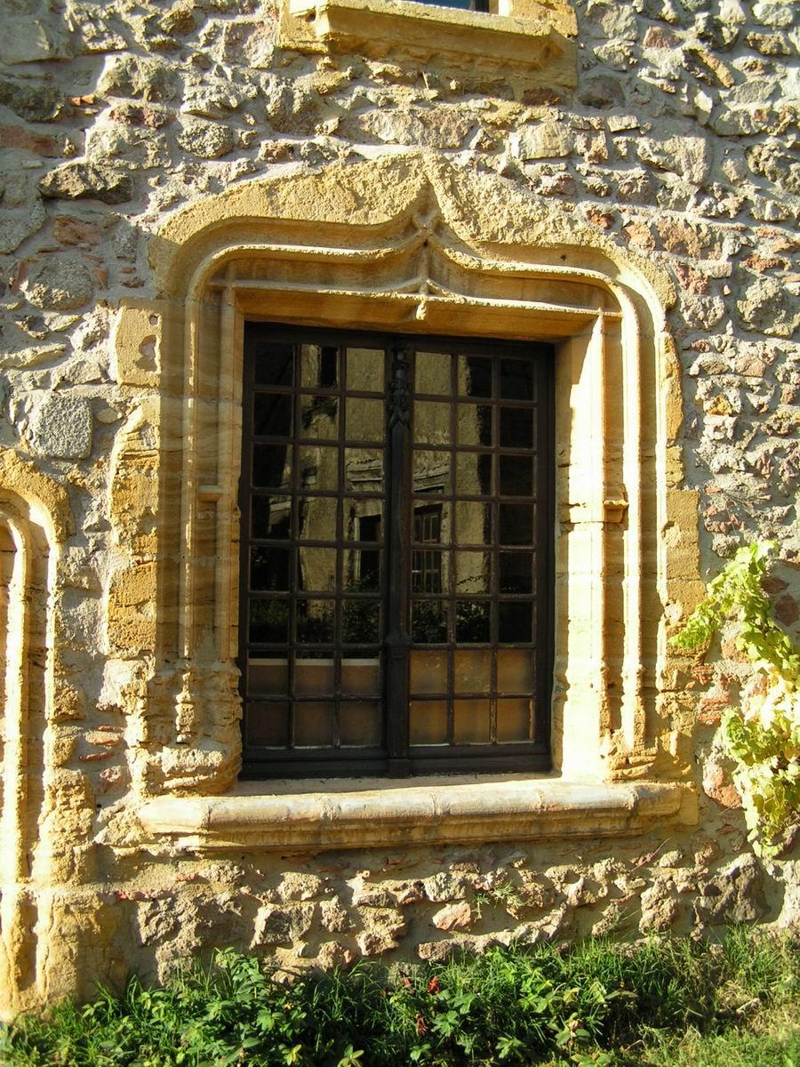Des fenêtres d'hier et d'aujourd'hui. - Page 4 Crozet%20(Loire)%20-%20Maison%20Dauphin,%20Fenetre%20(1)